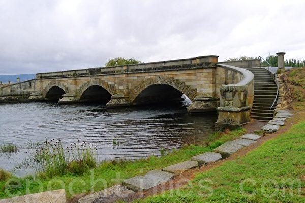 羅斯鎮的第一地標建築,羅斯石橋(華苜/大紀元)