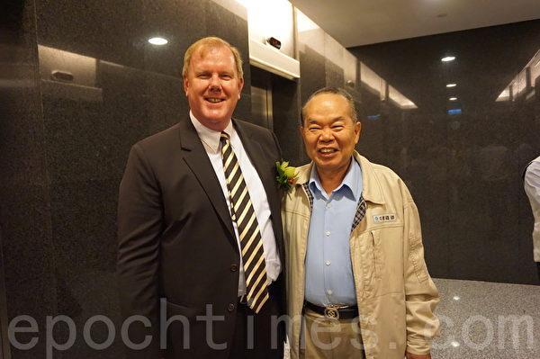 UFJ位於中鋼企業總部大樓4樓,房東中鋼董事長宋志育(右),25日與鄰居AIT高雄分處長杜維浩接前來致意。(林怡欣/大紀元)