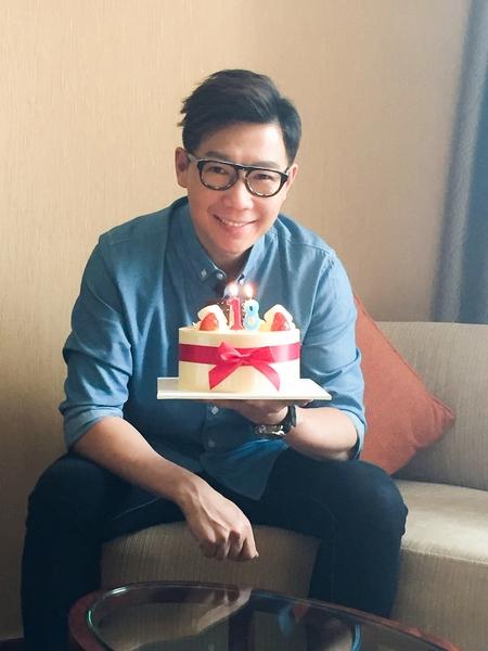 """2月26日,品冠在北京工作中度过生日,收到永远""""18岁""""的祝福蛋糕。(种子音乐提供)"""