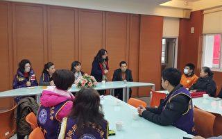 新竹市家长会长协会创会长周淑娥要阿嬷、弟弟坚强面对。(林宝云/大纪元)