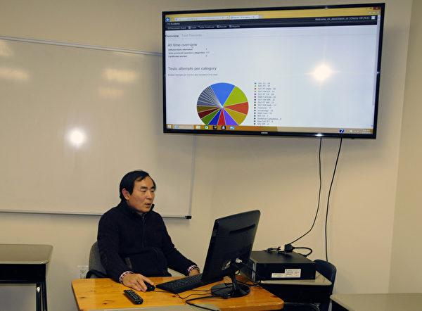 Y2学院创办人及院长Terry Yang在Cherry Hill 总部教室演示网络学习系统。(周琪/大纪元)