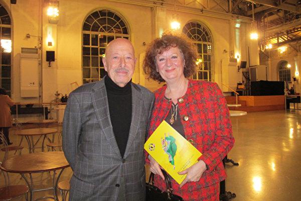 古董修復藝術家Catherine Boulet和男友一起觀看了2月26日晚日內瓦的神韻演出。(麥蕾/大紀元)