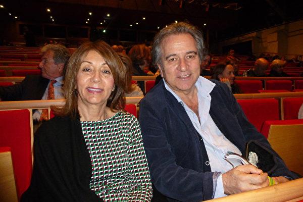 銀行家Turgut Yuce攜妻子觀賞了2月26日晚日內瓦的神韻演出。(德龍/大紀元)