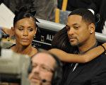 因本届奥斯卡提名全是白人,威尔·史密斯(Will Smith)和妻子洁达‧蘋姬‧史密斯(Jada Pinkett Smith)表示将杯葛本届奥斯卡。(OLIVIER MORIN/AFP/Getty Images)
