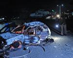 索马利亚首都摩加迪休中心26日传出两起巨大爆炸和枪声,索国伊斯兰青年军宣称攻击SYL旅馆。图为遭恐怖袭击的现场附近汽车残骸。(MOHAMED ABDIWAHAB/AFP)