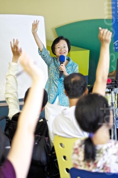陳彥玲在聖荷西講授《如何建立孩子的自信心》,表示舉手發言能發言展現孩子的自信心。(攝影:李歐 / 大紀元)