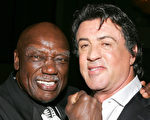 經典拳擊電影《洛奇》的黃金配角托尼‧伯頓(左)和史泰龍。(Frazer Harrison/Getty Images)