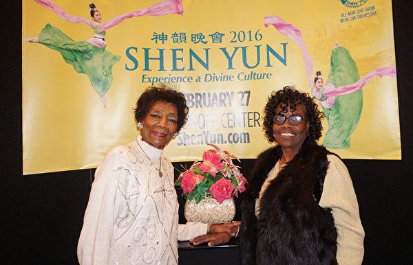 福音歌手Barksdale博士(左一)邀請神學博士Edie Strauss女士一起前來觀看了2月27日下午場的演出。神韻讓她們「感覺神就在身邊!」(林慧心/大紀元)