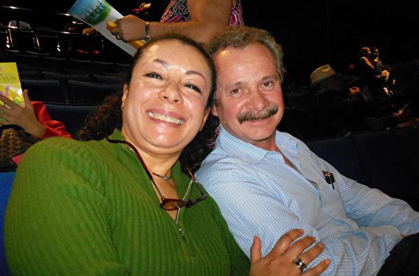 经济学家Alma Delia Saintremy女士与牙科诊所老板Fernando Ibarra Martinez观赏演出之后表示,她认为神韵演员们所做的一切都非常精准。(李辰/大纪元)