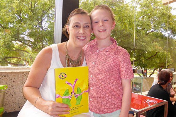 2016年2月28日下午,在昆士兰表演艺术中心,经营医疗保健家族企业的Lulu Nicholas带她9岁的儿子一同观看了神韵世界艺术团的精美演出。(袁丽/大纪元)