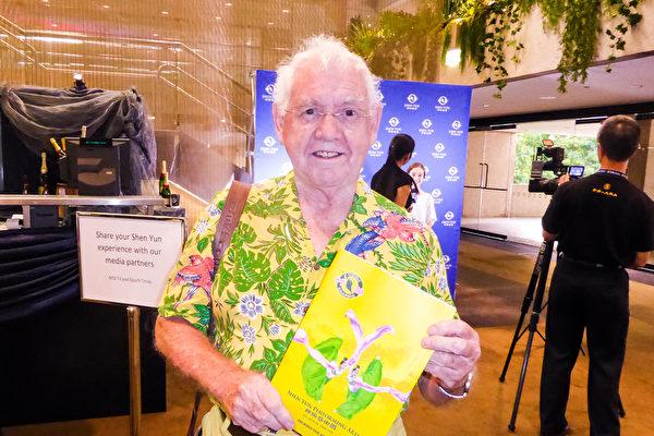 2016年2月28日下午,在昆士兰表演艺术中心,艺术家David Saunders观看了神韵世界艺术团在布里斯本的最后一场演出。(袁丽/大纪元)