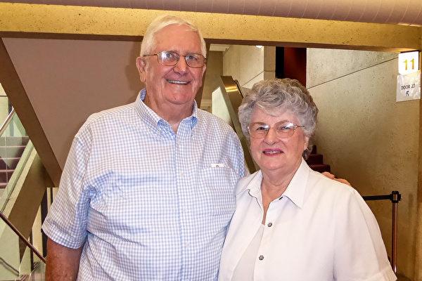 Allan Galy、Dale Galy夫妇2016年2月28日下午在布里斯本观看了神韵演出。对太太Dale Galy来说,这是她第四次观看神韵演出了。(史迪/大纪元)
