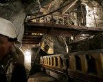 2月25日發生在俄羅斯北極地區的北方煤礦(Severnaya)的礦災,當天因甲烷爆炸導致坑內深度748公尺處的坑道坍塌,造成30名礦工喪生,28日又有新的爆炸導致5名救難人員和1名礦工喪生。圖為地表540米下的北方煤礦資料圖。(MAXIM MARMUR/AFP/Getty Images)
