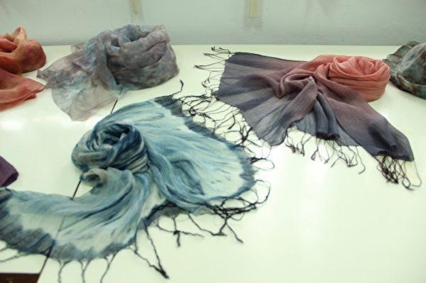 天然染丝巾展示。(谢月琴/大纪元)