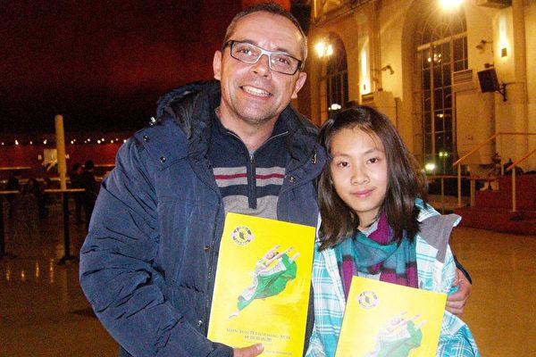 2016年2月28日,Pascal Gloannec先生带着侄女观看了2016年神韵在日内瓦的最后一场演出。(麦蕾/大纪元)