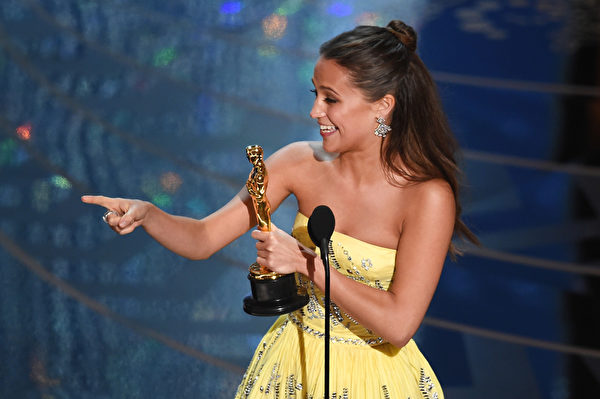 《丹麦女孩》艾丽西亚?维坎德(Alicia Vikander)获最佳女配角。(Kevin Winter/Getty Images)