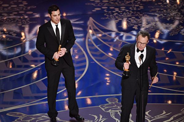 《聚焦》获最佳原创剧本奖。图为乔什?辛格(左)与导演汤姆?麦卡锡在领奖。(Kevin Winter/Getty Images)