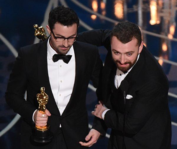 《007:幽灵党》获最佳原创歌曲奖。图为作曲家吉米?内普斯与歌手萨姆?史密斯(右)。(MARK RALSTON/AFP/Getty Images)