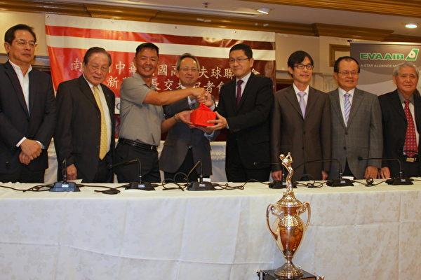 圖:第廿屆南加州中華民國高爾夫球聯合會新舊會長交接。在經文處處長夏季昌(左四)監交下,范人文(左三)由前任會長汪蔚興(右四)手中接過印信。(徐綉惠/大紀元)