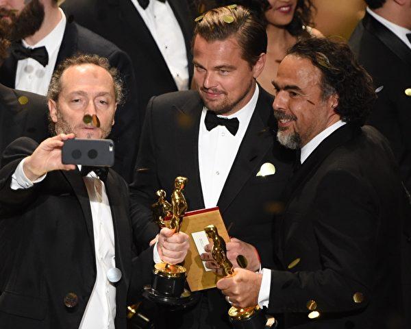 《荒野猎人》获得最佳摄影、最佳男主角、最佳导演三奖,中为莱昂纳多。(MARK RALSTON/AFP/Getty Images)