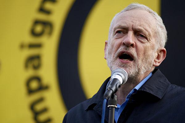 2016年2月27日,英国伦敦数万人游行,抗议三叉戟潜艇汰换更新提案。图为工党新领袖科宾在特拉法加广场向群众发表演说。 (NIKLAS HALLE'N/AFP/Getty Images)