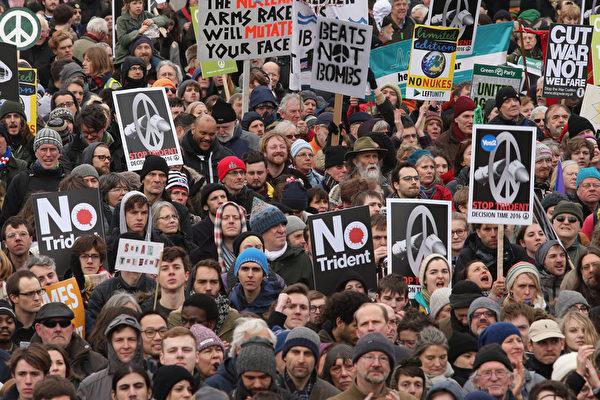 2016年2月27日,英国伦敦数万人游行,抗议三叉戟潜艇汰换更新提案。图为在特拉法加广场集会的群众。(Dan Kitwood/Getty Images)