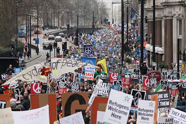 2016年2月27日,英国伦敦数万人游行,抗议三叉戟潜艇汰换更新提案。图为在游行中的群众。(Dan Kitwood/Getty Images)