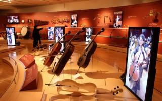 """""""走入管弦乐团""""展区,每种乐器旁设置屏幕,演奏展示的乐器,营造走入管弦乐团中,就在眼前表演的氛围。(赖友容/大纪元)"""