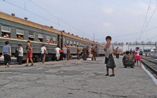 Getty Images摄影师初晓璐于2015年8月前往朝鲜旅行并偷拍该国人民的生活。图为2015年8月21日,在咸兴市火车站月台上乞讨食物的小男孩。(Photo by Xiaolu Chu/Getty Images)
