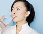 美国伊利诺伊大学的研究揭示,每天多喝几杯水,可以减少糖分、钠盐、热量、胆固醇与饱和脂肪的摄取量1%,有助于减重和保持身体健康。图为一名在喝水的女子。(Fotolia)