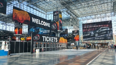 纽约国际车展入口。(李凯文/大纪元)