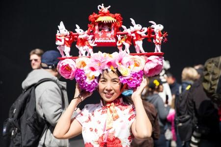 """星期日(3月27日)是复活节,曼哈顿第五大道充满各种各样造型独特的帽子,可以称得上是""""帽子大观""""。(戴兵/大纪元)"""