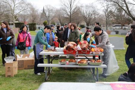 紐約開平同鄉會組織過百名鄉親到新州的墓園祭祖。(紐約開平同鄉會提供)