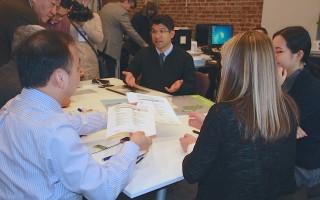市議員萬齊家(中)在介紹參與式預算的內容。(于佩/大紀元)