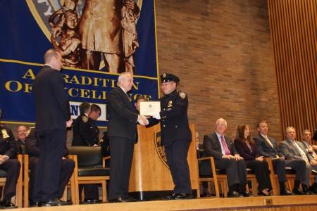 警察局局长布拉顿向黄巍颁发二级警探证书。(蔡溶/大纪元)