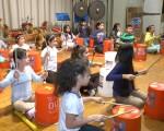 30日20小学课后班的华裔和其他族裔的学生在学校礼堂举行了汇报演出。(唐诚/大纪元)