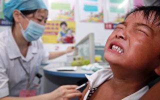 非法销售的疫苗包括狂犬病、乙型肝炎和水痘等预防药物,它们被怀疑自2011年就开始在全国十多个省份出售。ChinaFotoPress/Getty Images)