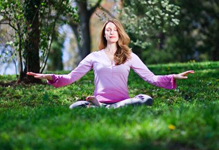 练习打坐冥想可以显着减少皮质醇的分泌。图为法轮功静功修炼。(Jeff Nenarella/Epoch Times)