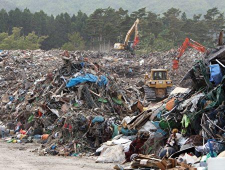 图为日本311地震及海啸过後,在重灾区留下满目疮痍的大片残骸景象。(JIJI PRESS/AFP/Getty Images)
