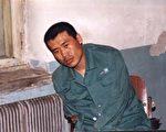 2002年4月1日的圖片顯示: 關押的房間內血跡斑斑,劉成軍已無力保持自然坐姿。(明慧網)