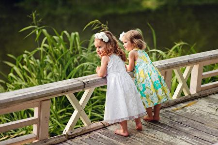 兩個可愛的小人活著,不也是需要朋友嗎? (Fotolia)