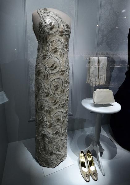 1981年里根总统夫人南西,出席总统就职日所穿着的礼服。(JEWEL SAMAD/AFP)