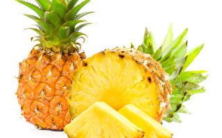 在白色背景新鮮菠蘿切片
