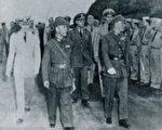 戴笠随侍蒋介石检阅重庆特警班。(大纪元资料库)
