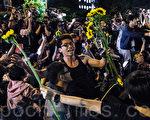 """2014年3月18日反对中国国民党召委张庆忠以30秒时间将《服贸协议》宣告存查的学生,发起占据立法院议场,之后台湾各地的声援学生与群众强烈诉求""""捍卫民主、退回服贸"""",号召超过50万名反服贸群众3月30日穿黑衣上凯道,表达反对黑箱《服贸协议》的诉求。台湾太阳花学运抵抗中共统战深深影响民众自认是台湾人。图为太阳花学运。(陈柏州/大纪元)"""