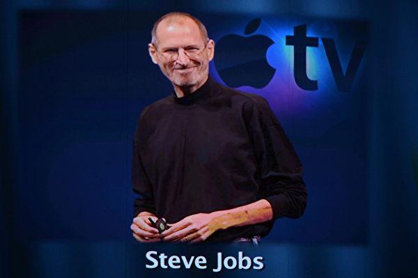 乔布斯是位传奇人物,集创新与发明于一身,他是一名个性鲜明的魔法师,让生硬的科技摇身一变成了一门精致的艺术。(Kevin Winter/Getty Images)