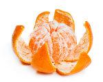 whole food位於加州的一家超市把剝好皮的橙子放在塑料食品盒內出售,沒想到此舉引起軒然大波。圖為剝開橙子示意圖。(fotolia)