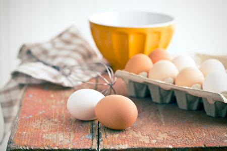 如果你不小心把一个鸡蛋掉在地板上,用醋去清洁的话,醋的酸度会使蛋凝结,结果反而更难以去除。(Fotolia)