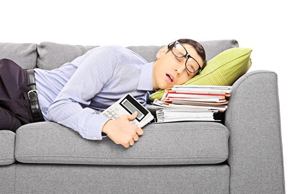 春困会出现嗜睡、精力不足、疲倦等征状。(Fotolia)