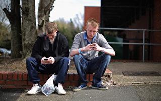 手机上的细菌数量是大多数马桶盖的10倍以上。(Christopher Furlong/Getty Images)